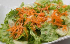 Como preparar una Ensalada de lechuga, zanahoria y pepinillos