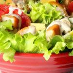 Lechuga con huevo cocido, tomatitos cherry y bayas goji