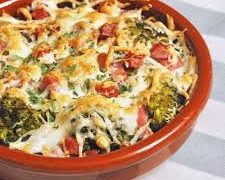 brócoli gratinado con bechamel de queso sobre coulis de tomates maduros