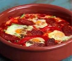 Huevos a la flamenca con bimi y cilantro fresco