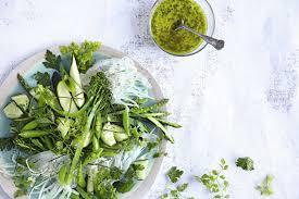 Ensalada de brócoli y quinoa con aderezo de suero de leche