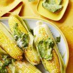 Disfrutando del verano con mazorcas de maíz