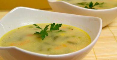 Sopa de apio y patatas con cilantro
